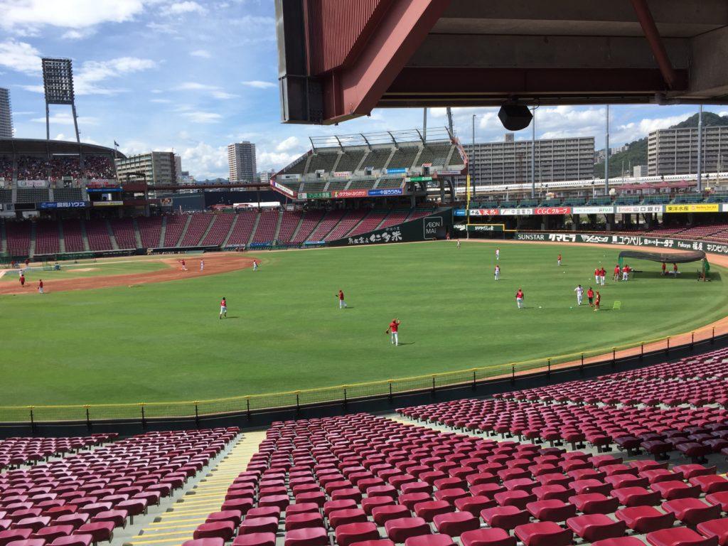 ホームベース付近は少し遠いけど、外野への打球はよく見える