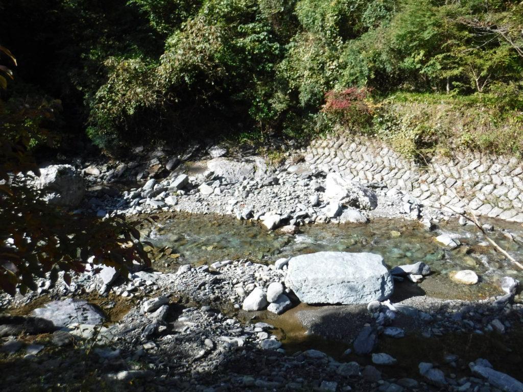 駐車場の隣を流れる川。