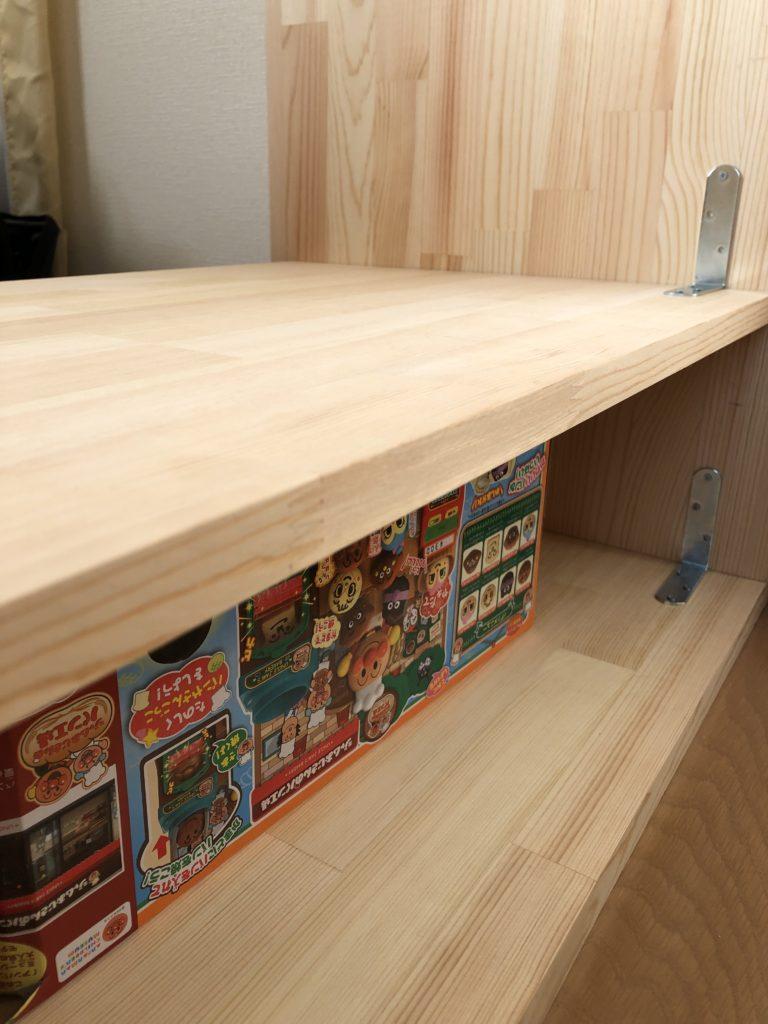 これも一人作業なのでこんな感じに子どものクリスマスプレゼントのおもちゃの箱を置いてその上に板を載せて作業。
