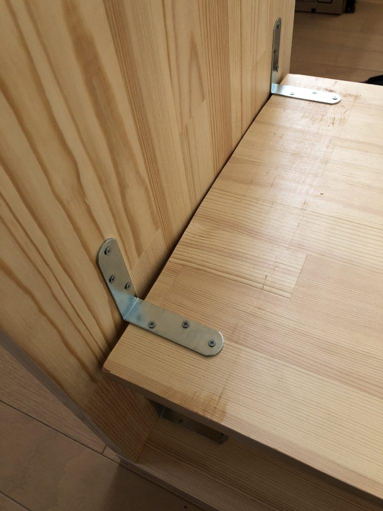 棚板と足の板にえらい隙間が・・・