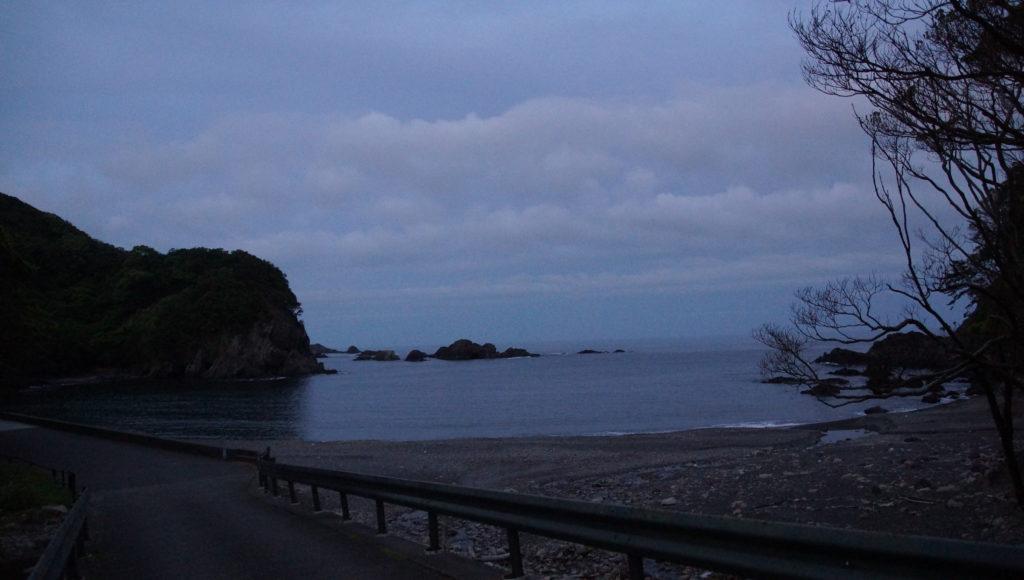 少し下りるとすぐ海。徒歩1分。