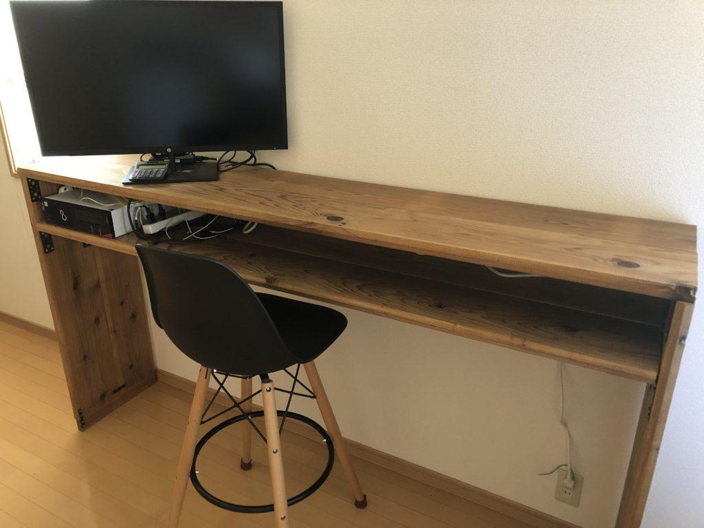 奥行40cmのテーブルに対して32インチのモニターはデカすぎる…